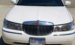 1999 LINCOLN TOWN CAR SIGNATURE...VERY SHARP AND CLEAN....ALWAYS SHEDED...WHITE/PEARL COLOR...WITH CHARCOAL INTER. EXCELLENT.