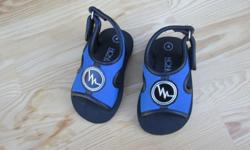 Honors boys water sandals, size 4. These are in great condition. Has strap that goes around ankle to help keep them secure.