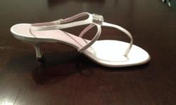 Brand New Vera Wang wedding shoes, still in the box, in white satin! A must for a summer wedding! White sandals with a small heel and a beautiful jewel in the middle of the shoe! These shoes are a show stopper!!!! Still in box and original packaging