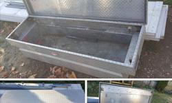 Aluminuim Diamond Plate Tool box for full size truck No dents Not beat up